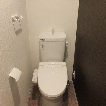 トイレはしっかり個室でございます。※写真は2階の同間取り別部屋のものです