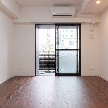 お部屋は9.7帖。2面採光です◎※写真は2階の同間取り別部屋のものです