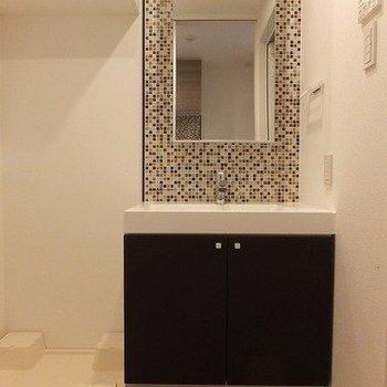 洗面台前が脱衣所にもなります。※写真は2階の同間取り別部屋のものです