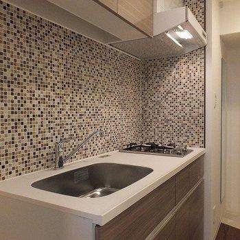 モザイクタイルのかわいいキッチン。2口コンロです。※写真は2階の同間取り別部屋のものです