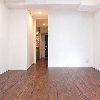 キッチンと居室との間にスライドドアがあって、区切れます。※写真は2階の同間取り別部屋のものです