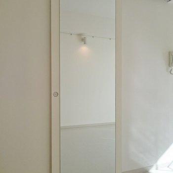 全身鏡がドアにぺったり!※写真は2階の反転間取り別部屋のものです