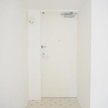 玄関もシンプル。シューズラックを置きましょう。