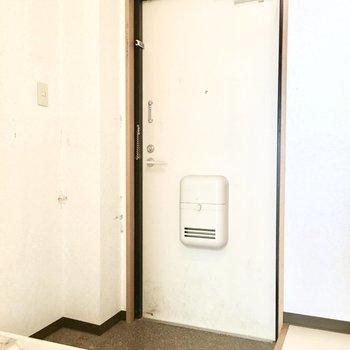 玄関はシンプルな白いドア。