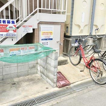 共用部】ゴミ捨て場の横に駐輪場。