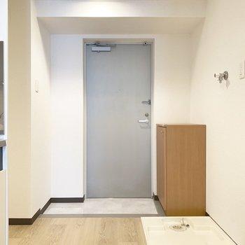 洗濯機置場はトイレ前の玄関スペースに。