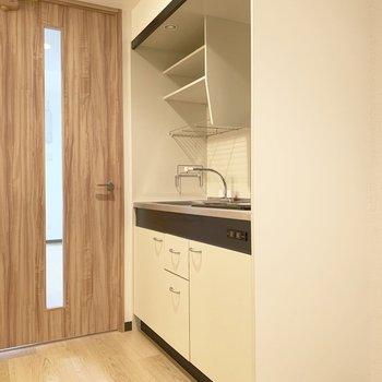 洋室のドアのすぐ脇にキッチン。