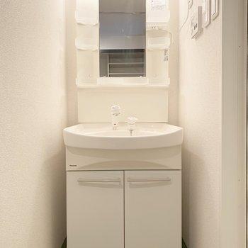 キッチンの対面に水回り。写真右にお風呂、左にトイレ。