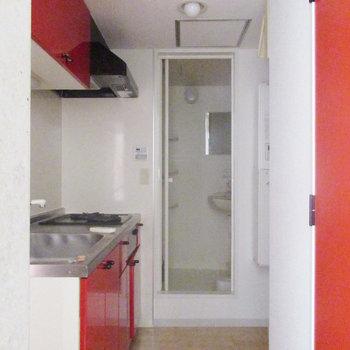 お風呂は脱衣所なしのコンパクトタイプ。※写真は3階の同間取り別部屋のものです