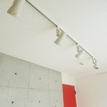 レールライトが照らします♪※写真は3階の同間取り別部屋のものです
