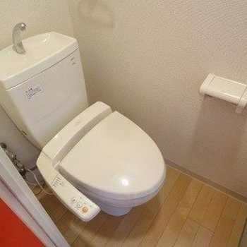 ウォシュレット付きのトイレ。※写真は3階の同間取り別部屋のものです