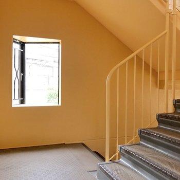 共用の階段。黄色が素敵です。