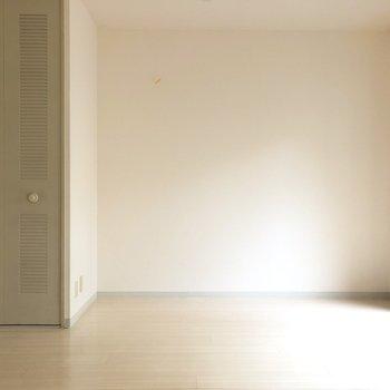 【洋室5.5帖】少し緑がかったクローゼット扉が可愛い。