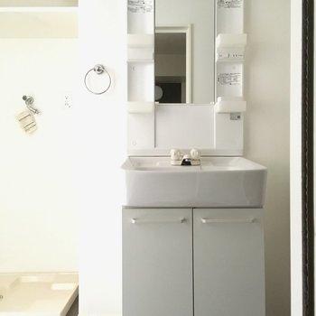 洗面台はしっかり独立。このサイズ感が、ひとりだとちょうどいい。(※写真は清掃前のものです)