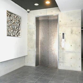 コンクリむき出しの壁と、鉄のオブジェがモダン。