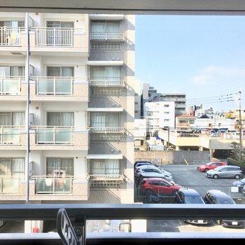 眺望はお隣のマンションだけど、距離があるので気になりませんね。