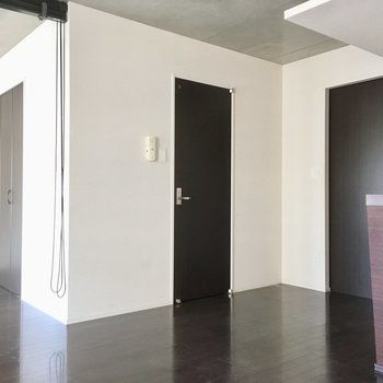 右は玄関、真ん中は水回りの入口です。(※写真は清掃前のものです)