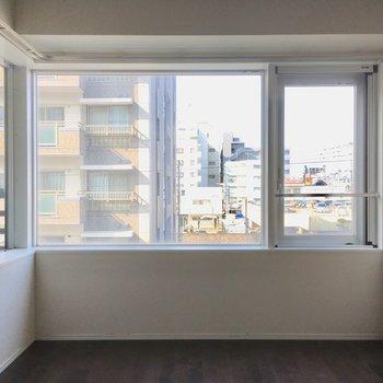 洋室の窓はL字。たっぷりお部屋に光が入ります。(※写真は清掃前のものです)