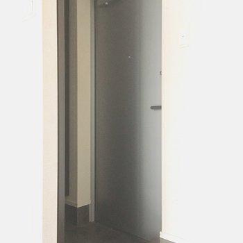 リビング前にはドアがあるので、玄関からお部屋が見えません!(※写真は清掃前のものです)