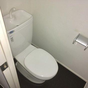 トイレは水回り奥にあります。(※写真は清掃前のもので、フラッシュ撮影をしています)