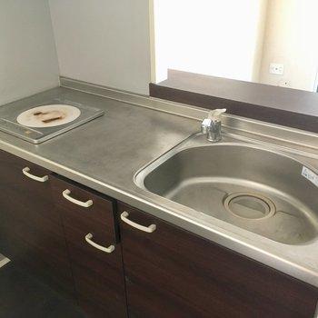 キッチンはコンロ1口。掃除はIHなので楽ちんです。(※写真は清掃前のものです)