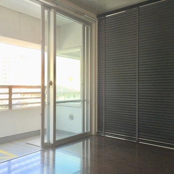仕切りはドアではなくブラインド。程よく風も通してくれますね。(※写真は清掃前のものです)