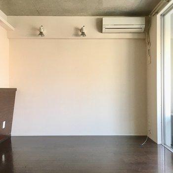 壁側にテレビを置いて、対にソファ。革張りのパリッとしたデザインが良いなぁ。(※写真は清掃前のものです)
