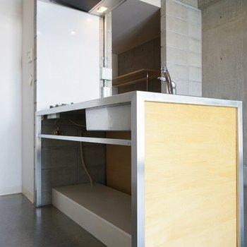 スタイリッシュなキッチン※写真は4階の同間取り別部屋のものです