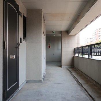 共用廊下もたっぷり広いので行き交うのも楽そう