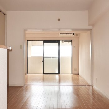 リビングと洋室はまっすぐ繋がってるので広く見えるのが嬉しい〜(※写真は清掃前のものです)