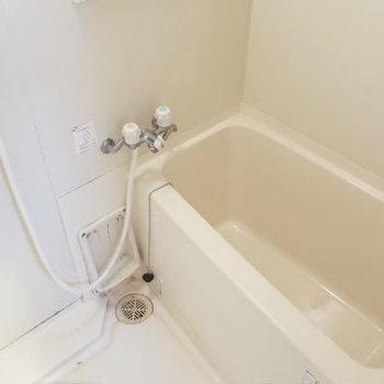 浴室は水栓がレトロめだけどシャワーはしっかりついてるのが嬉しいな!(※写真は清掃前のものです)