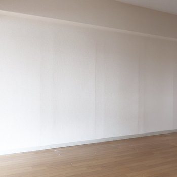 リビングには大きめな家具も置けるのだ(※写真は清掃前のものです)