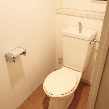 トイレは窓のおかげで換気もきっちりできますよ(※写真は清掃前のものです)