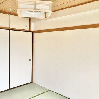 【和室】壁には長押があります。和風な照明もステキ。※写真は2階の同間取り別部屋のものです