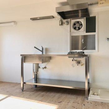 キッチンはステンレスでシンプル。隣には洗濯機を置けますよ