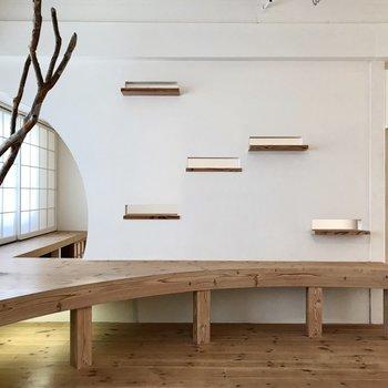 流木を眺めてベンチに座ろう