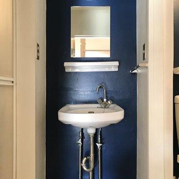 ブルーの洗面台が素敵!