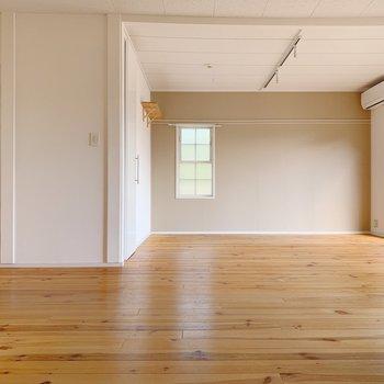 床はパインの無垢床。経年変化で落ち着いた色合いに◎