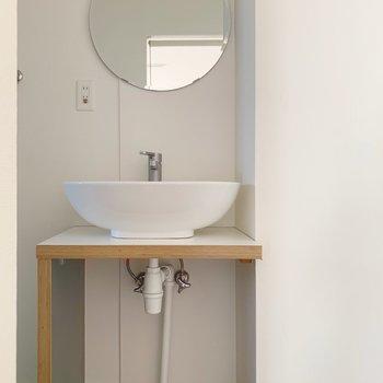 水回りへ!丸い鏡、丸いボウルがかわいらしい〜