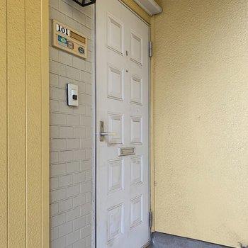 玄関扉もライトもちょっとメルヘン♪