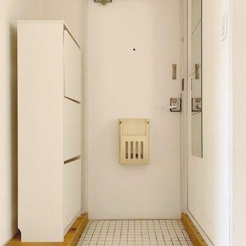 玄関は白いタイルを敷き詰めてあります