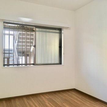【洋室②】夫婦の寝室がいいかな。エアコンは設置できます。窓の外は共用廊下。