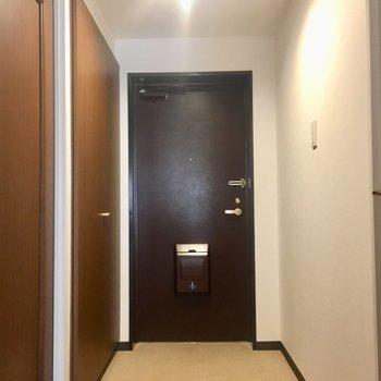 廊下へ。左に靴箱。