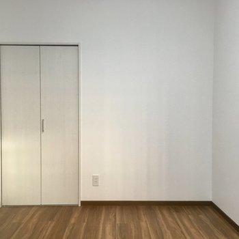 【洋室③】ちいさめのクローゼットが付いています。