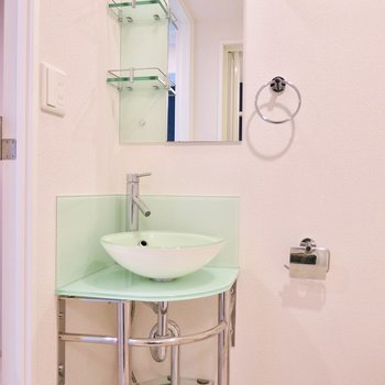 綺麗な洗面台です※写真は9階の同間取り別部屋のものです。