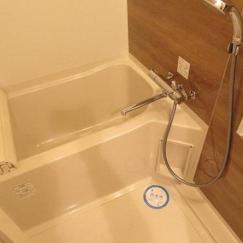 お風呂もブラウンで※写真は13階の同間取り別部屋のものです。