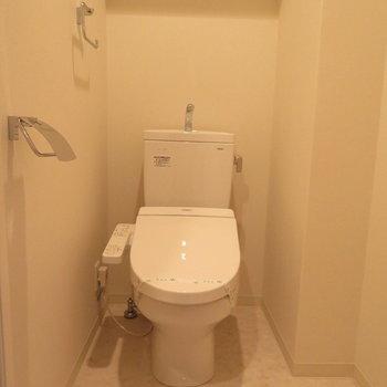 もちろん温水洗浄便座付きです※写真は13階の同間取り別部屋のものです。