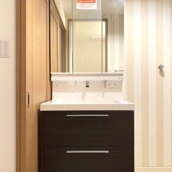 ストライプ柄がステキな脱衣所はクールな洗面台でキュッとメリハリ。