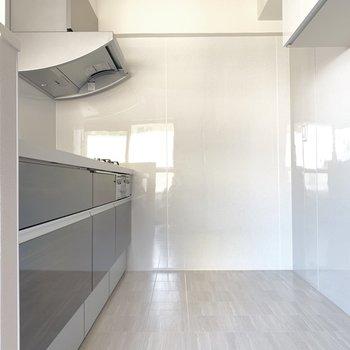 冷蔵庫や食器棚も置けちゃう広々キッチン〜