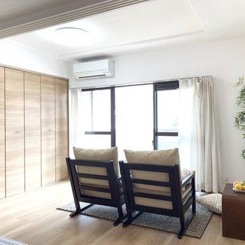 リビング隣の洋室は、テレビを置いてくつろぎスペースに。(※家具は見本です)
